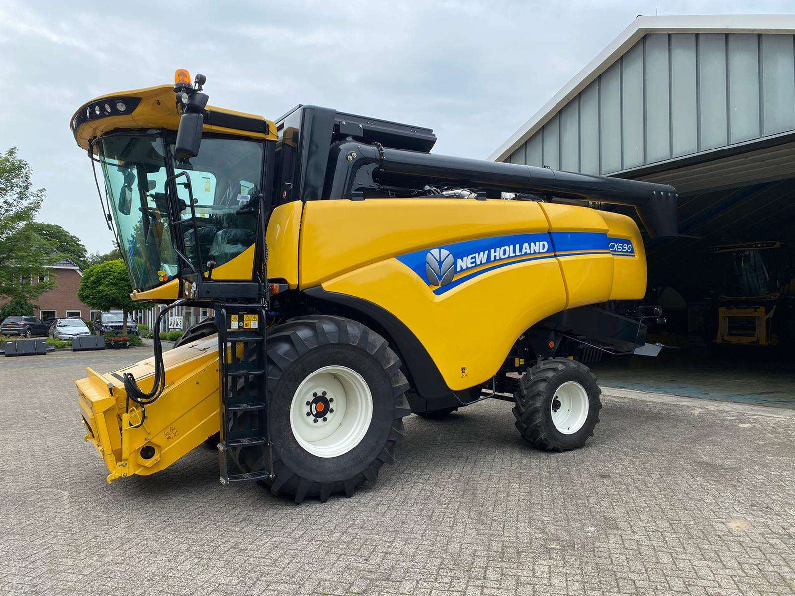 New Holland Cx5.90 combine